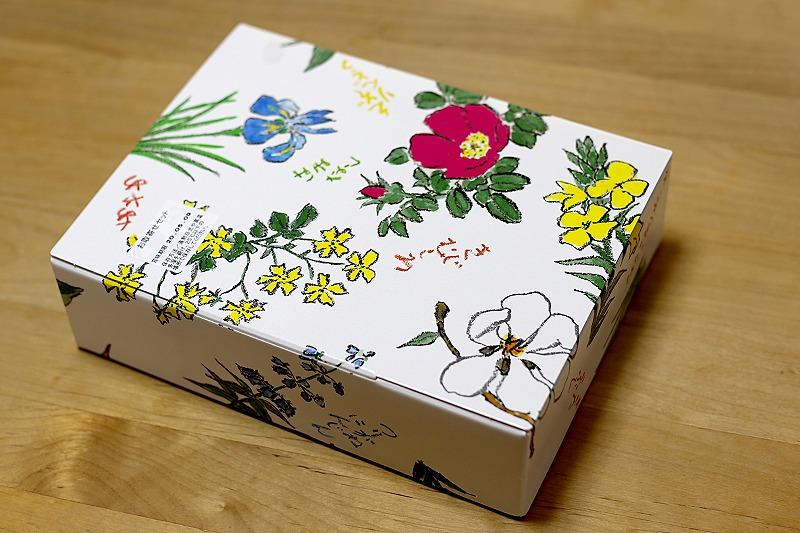 六花亭の通販おやつ屋さん、お花がいっぱいの化粧箱。