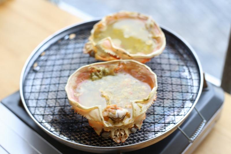 甲羅焼きに日本酒を注いでズワイガニの甲羅酒