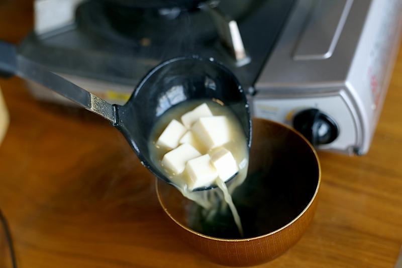 赤えびの殻と豆腐とワカメのみそ汁