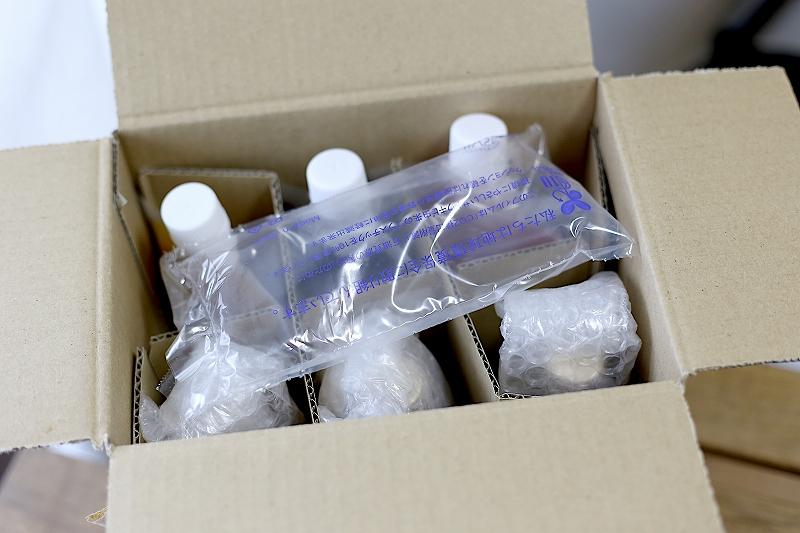 氷屋さんの削氷生シロップと同梱の配送パッケージ