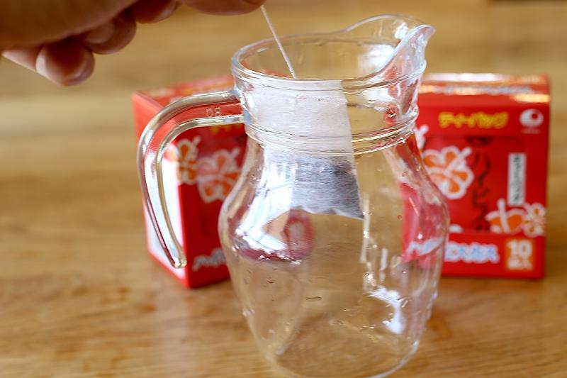 アイスハイビスカス茶の手順その1 容器にティーバッグを入れる