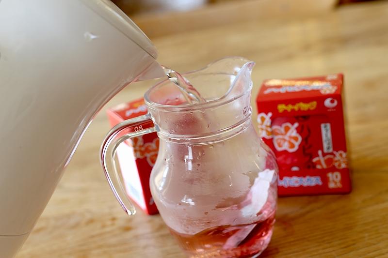 アイスハイビスカス茶の手順その2容器にお湯を注ぐ