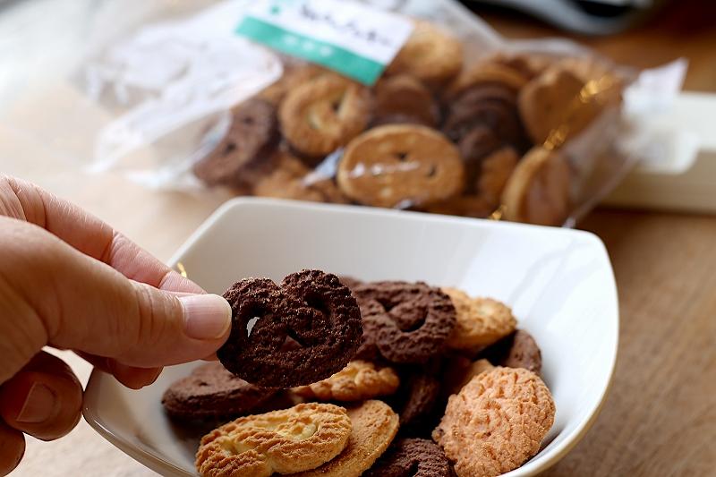 チョコレート色のプレッツェル型クッキー