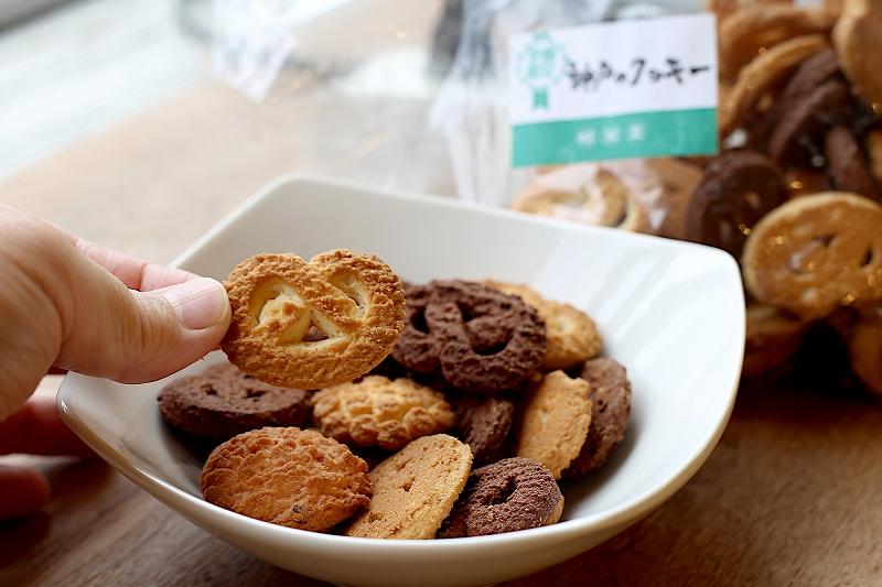 きつね色のプレッツェル型クッキー